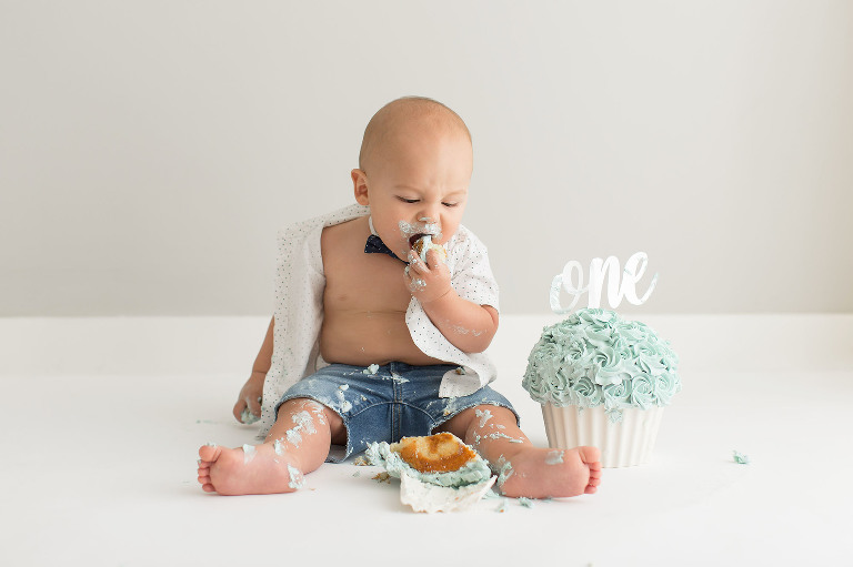 Cutest baby cake smash session in Toronto by Jessica Nip Photography | info@jessicanip.com